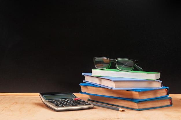 Torna al design del modello di scuola, con materiale scolastico e spazio per il testo
