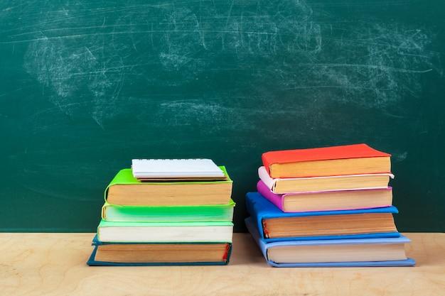 Torna al design del modello scolastico, con materiale scolastico e spazio per il testo