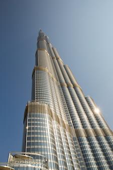 Torre burj khalifa che scompare in cielo blu