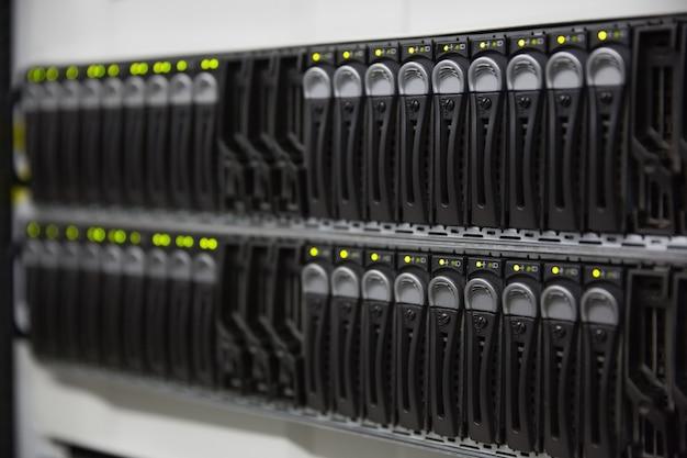 Torre del server montata su rack nero