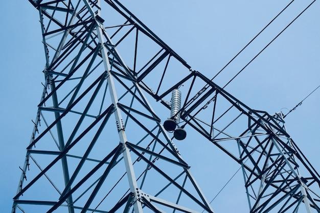 Torre dell'elettricità in montagna nella natura