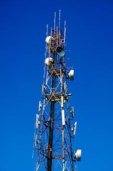 Torre delle comunicazioni con un bel cielo blu