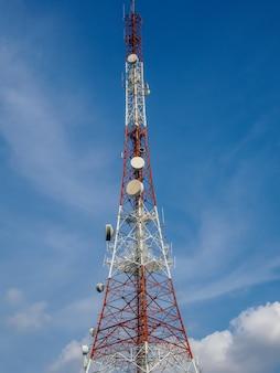 Torre delle telecomunicazioni sul cielo blu