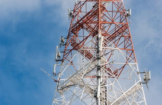 Torre di antenna di comunicazione con cielo blu