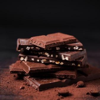 Torre di barrette di cioccolato con cacao in polvere