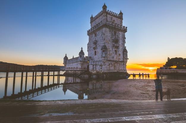 Torre di belem al tramonto a lisbona