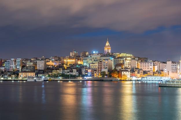 Torre di galata alla notte con la città di costantinopoli a costantinopoli, turchia