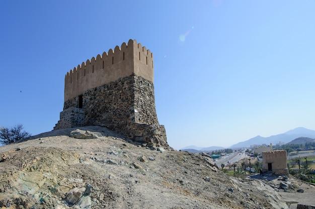 Torre di guardia nella moschea di al bidya, fujairah. emirati arabi uniti.