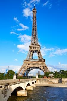 Torre eiffel a parigi sotto cielo blu francia