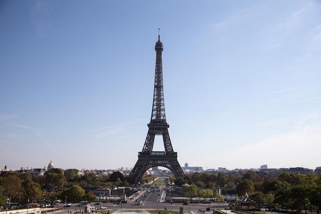 Torre eiffel, simbolo di parigi, francia. le migliori destinazioni di parigi in europa