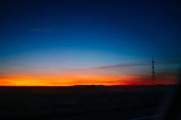 Torre elettrica al tramonto