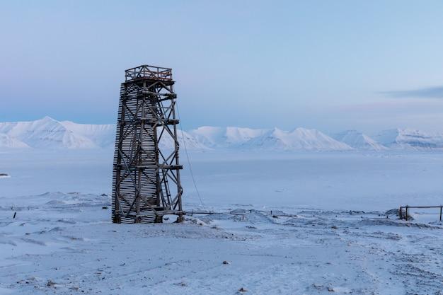 Torre sul mare ghiacciato, paesaggio invernale a pyramiden, svalbard.