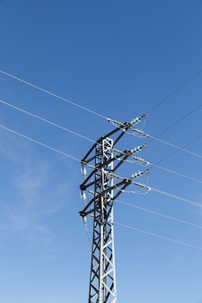 Torretta con linee elettriche