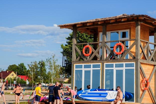 Torretta del bagnino per salvataggio baywatch sulla spiaggia. casa di legno sulla riva del mare sul cielo nuvoloso. vacanze estive e resort. protezione pubblica e concetto di sicurezza