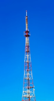 Torretta di telecomunicazione su cielo blu