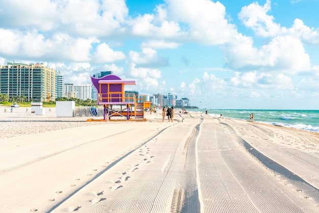 Torretta variopinta del bagnino in spiaggia del sud, miami beach, florida