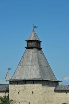 Torri del vecchio cremlino a pskov, russia