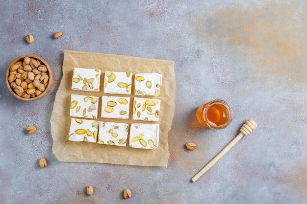 Torrone biologico fatto in casa con miele, pistacchio, vista dall'alto