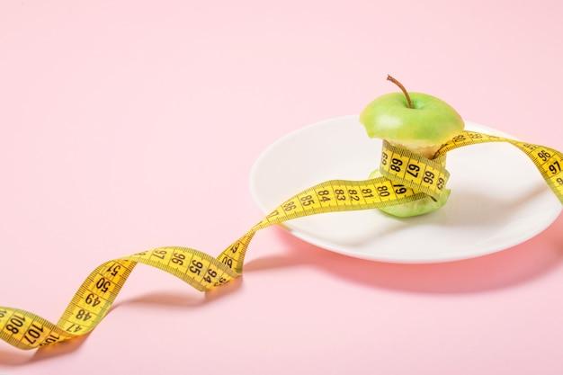 Torsolo di mela con nastro di misurazione