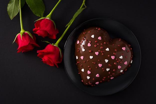 Torta a forma di cuore e rosa rossa per san valentino