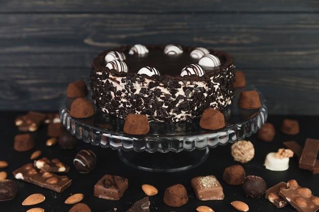 Torta al cioccolato circondata da tartufi al cioccolato e caramelle