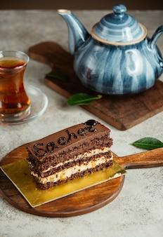 Torta al cioccolato con bicchiere di tè