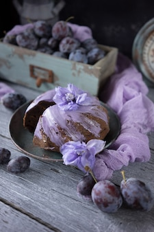 Torta al cioccolato con fiori lilla