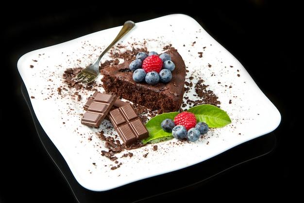 Torta al cioccolato con frutti di bosco freschi