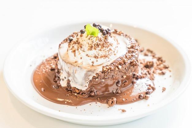 Torta al cioccolato con gelato alla vaniglia