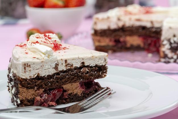 Torta al cioccolato con glassa di panna montata sul piatto
