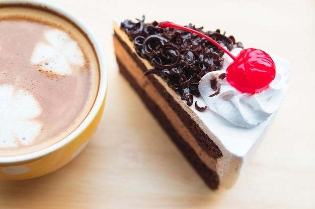 Torta al cioccolato con tazza di caffè