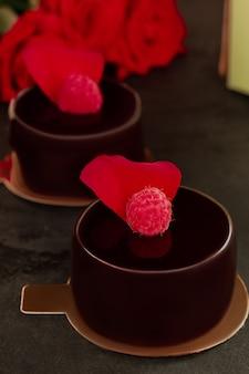 Torta al cioccolato. crostate di lamponi.
