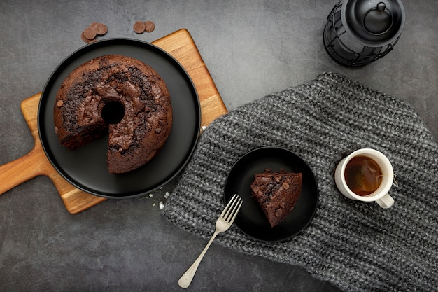 Torta al cioccolato e una fetta di torta con una tazza di caffè
