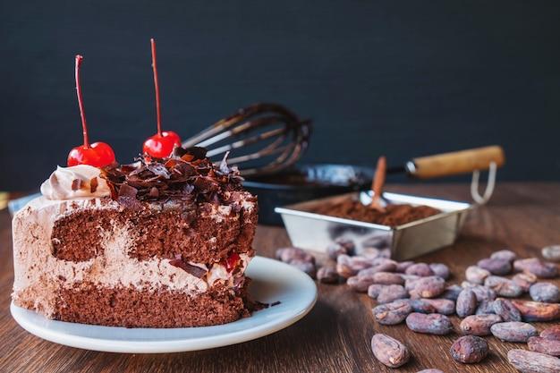 Torta al cioccolato fatta in casa sul tavolo
