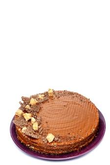 Torta al cioccolato, isolato su uno sfondo bianco