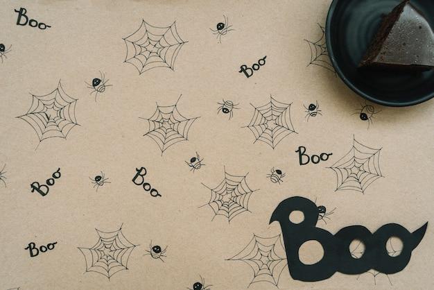 Torta al cioccolato su carta con sfondo web e ragno