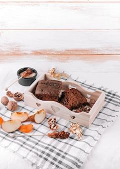 Torta al cioccolato su tovagliolo leggero