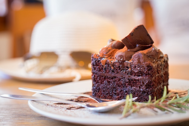 Torta al cioccolato sul piatto bianco con cucchiaio.