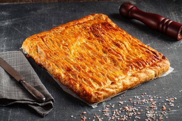 Torta al forno fresca con carne di manzo e ripieno di patate