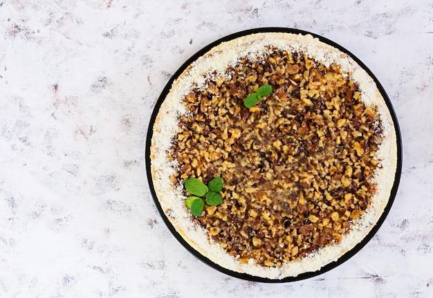 Torta al miele con ricotta, arance e noci, decorata con cioccolato bianco