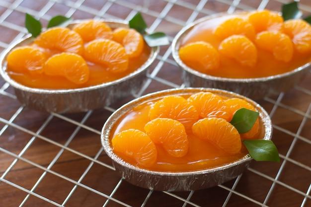 Torta all'arancia fatta in casa sul tavolo vintage in legno