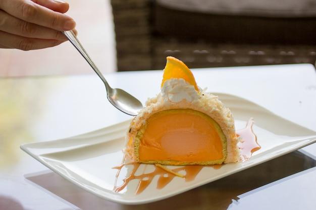 Torta all'arancia, gelato all'arancia su un piatto.
