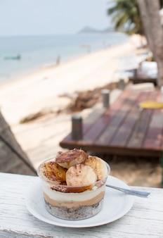 Torta alla banana e caffè al ristorante sulla spiaggia