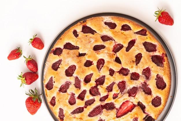 Torta alla fragola burrosa casalinga della vaniglia di concetto dell'alimento su fondo bianco con apsce della copia