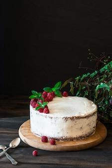 Torta alla frutta cremosa. torta di lamponi con cioccolato torta al cioccolato. arredamento alla menta cheesecake.