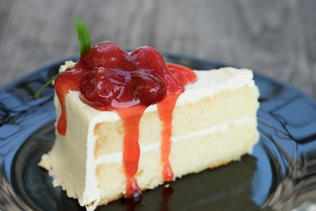 Torta alla vaniglia bianca con guarnizione di marmellata di lamponi