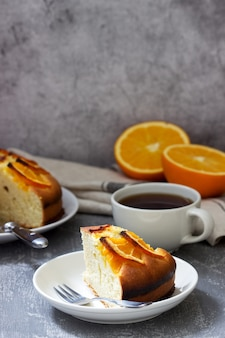 Torta arancione con le fette di arancia su una superficie di calcestruzzo