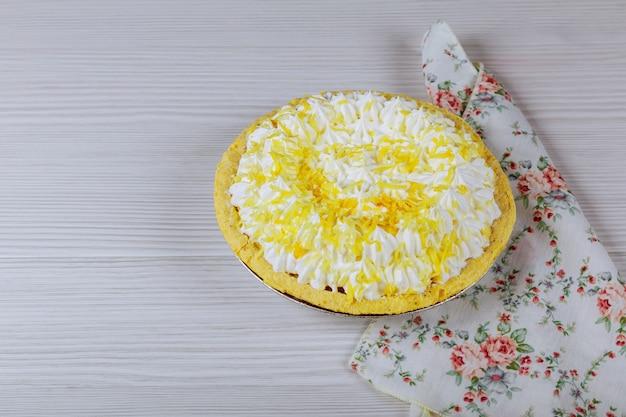 Torta bianca con su un tavolo