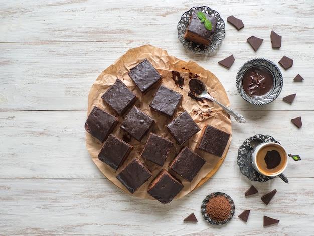 Torta brownie al cioccolato sul tavolo di legno bianco