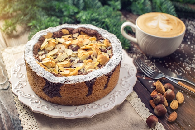 Torta casalinga del cioccolato di festa del nuovo anno o di natale con i dadi sul fondo di legno della tavola. dessert festivi